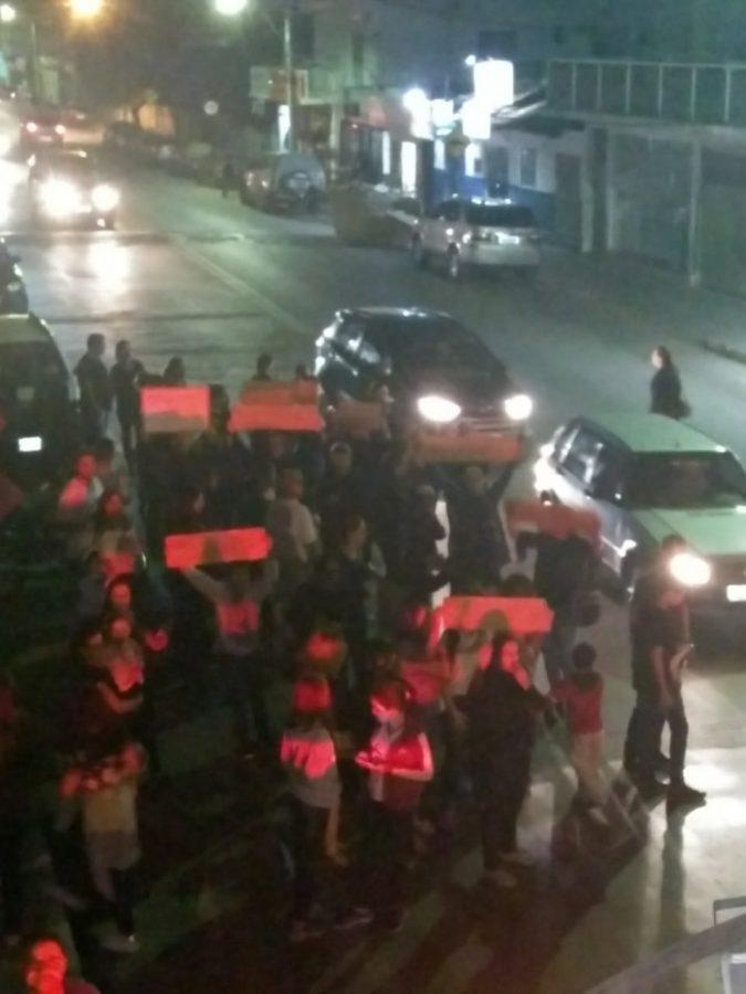 Professores, pais e alunos vão pra rua para manifestar contra a falta de pagamento do estado