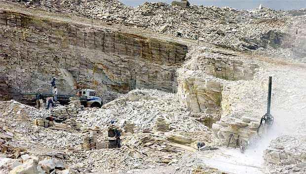 Polícia descobre extração ilegal de pedra mineira