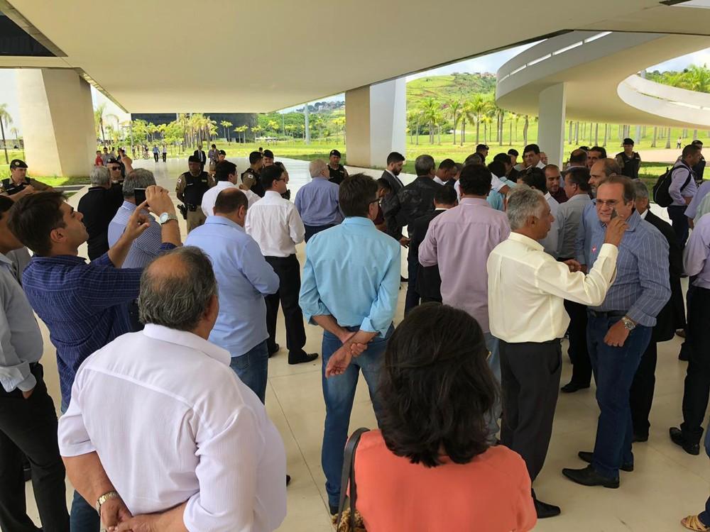 Prefeituras do Centro-Oeste de Minas se dividem sobre adiamento da volta às aulas proposto pela AMM